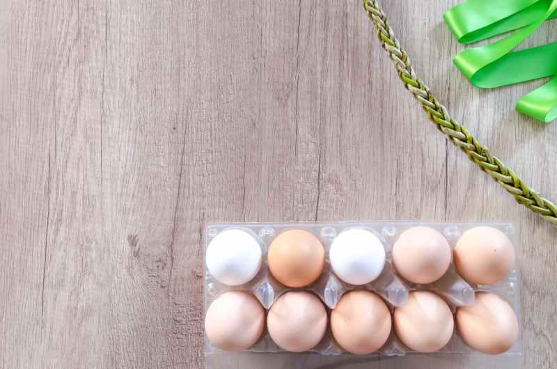 între ouăle albe și cele maro